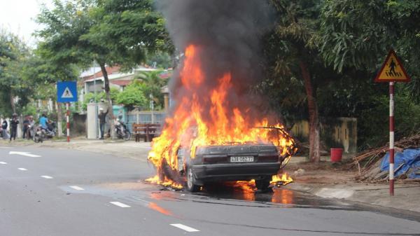 Đang lưu thông, ô tô mang BKS Đà Nẵng bỗng bốc cháy ngùn ngụt giữa đường
