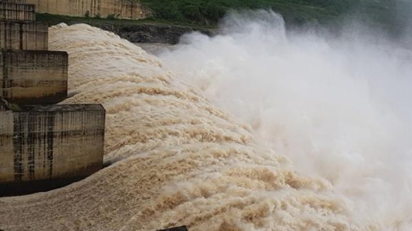 Miền Trung ngập lụt có phải do thủy điện xả lũ?