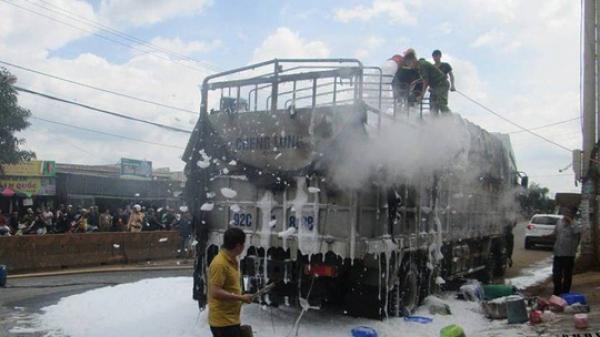 Xe tải mang biển số Quảng Nam chở hàng dự hội chợ bốc cháy dữ dội