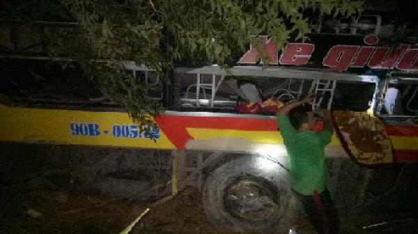Hiện trường kinh hoàng xe khách chở 20 người rơi xuống vực sâu 70m