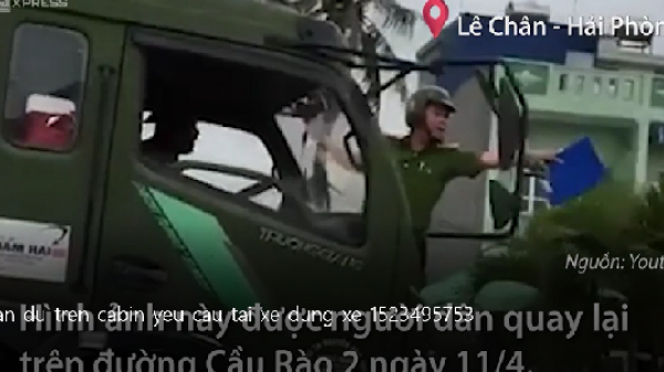 Tài xế xe tải cán qua xe máy công vụ, bất chấp cảnh sát đu trên cabin