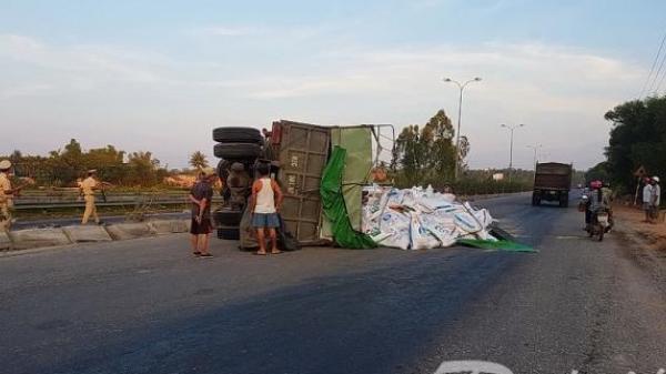 Quảng Nam: Xe tải chở bột leo lên dải phân cách lật ngang giữa đường
