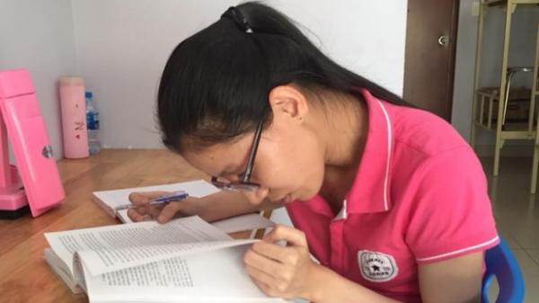 Quảng Nam: Mẹ và bà nội bệnh nặng, kinh tế kiệt quệ nhưng nữ sinh khiếm thị này vẫn chinh phục giấc mơ ĐH khiến người khác nể phục