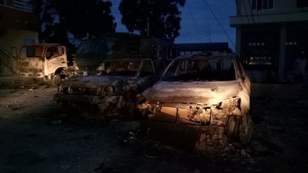 Nửa đêm, nhiều người quá khích tràn vào trụ sở cảnh sát ở Bình Thuận