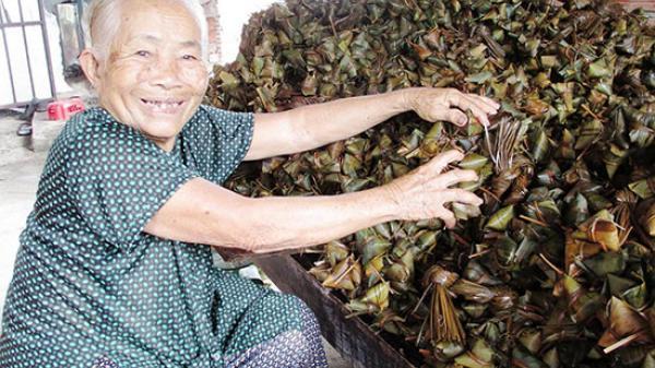 Hương vị quê nhà: Nhộn nhịp làng bánh ú tro Tân Phong