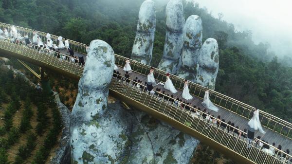 Dàn mẫu Việt catwalk ở độ cao 1.400 mét tại cây cầu Vàng ở Đà Nẵng