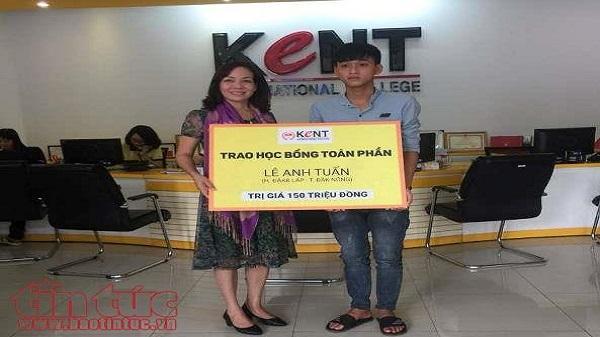 Thí sinh có mẹ mất trong ngày thi THPT Quốc Gia ở Đắk Nông được tài trợ 150 triệu học bổng