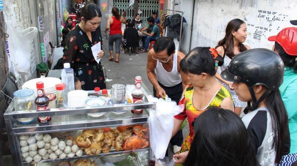 Quán bánh canh 300.000 đồng/tô trong hẻm Sài Gòn, khách vẫn chờ ăn suốt 30 năm qua