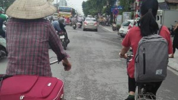 NGHẸN NGÀO  hình ảnh 2 mẹ con đạp xe lên phố nhập học: Con dù lớn vẫn là con của mẹ, đi hết cuộc đời lòng mẹ vẫn theo con