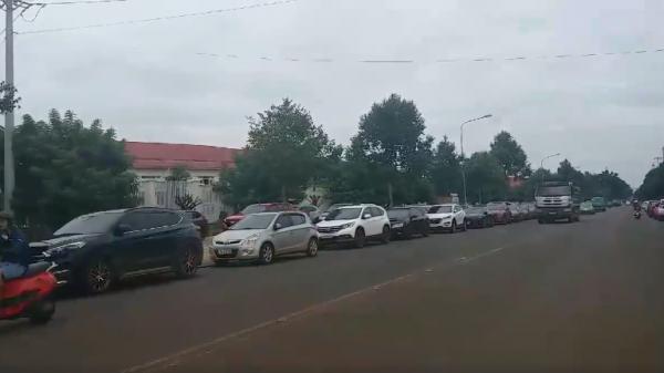 Tây Nguyên: Họp phụ huynh ở 'trường làng' toàn siêu xe cực khủng xếp hàng dài hai bên đường