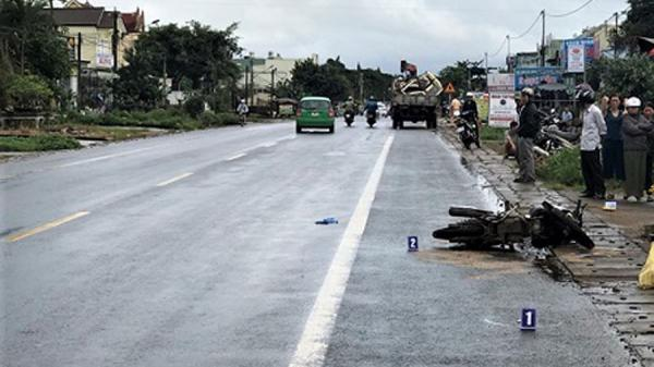 Gia Lai: Xe tải vượt ẩu va xe máy 'kẹp' 4, hai mẹ con thiệt mạng