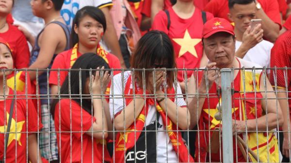 Việt Nam thua, tất cả đều khóc rồi, nước mắt hoà lẫn nước mưa: Mạnh mẽ lên còn đón các chàng trai trở về