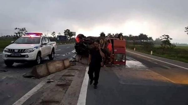 Xe khách đâm vào dải phân cách bốc cháy, 2 vợ chồng nguy kịch
