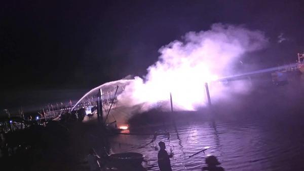Quảng Nam: Tàu cá bị lửa thiêu rụi khi đang neo đậu tại âu thuyền