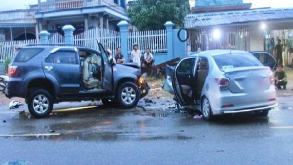 Tai nạn kinh hoàng: 2 ô tô dập nát sau khi đối đầu trực diện, 8 người thương vong