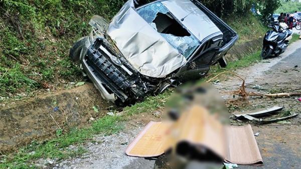Kinh hoàng : Xe bán tải leo sang đường, 1 người chết, 1 người trọng thương