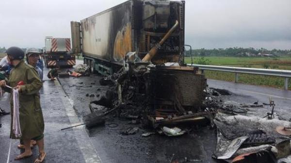 Kinh hoàng: Xe container bốc cháy dữ dội sau va chạm giao thông