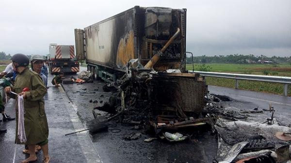 TNGT khiến xe tải cháy dữ dội trên đường dẫn cao tốc Đà Nẵng-Quảng Ngãi