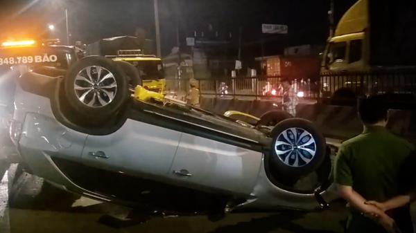 Tai nạn kinh hoàng: Ô tô 7 chỗ bị xe tải đâm lật ngửa và văng nhiều mét, một em bé bị thương