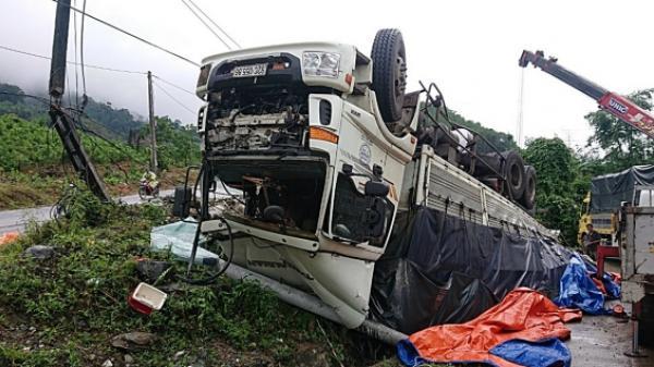 """Quảng Nam: Tai nạn giao thông, xe tải mất thắng """"phơi bụng"""" trên Quốc lộ 14E"""