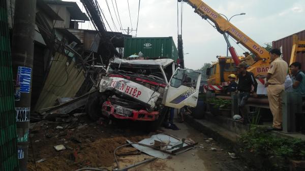 Bàng hoàng: Xe container tông sập 6 nhà dân, tài xế kẹt cứng trong cabin