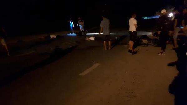 Hai xe máy nát bét sau va chạm kinh hoàng trong đêm, 3 nam thanh niên c hết thảm