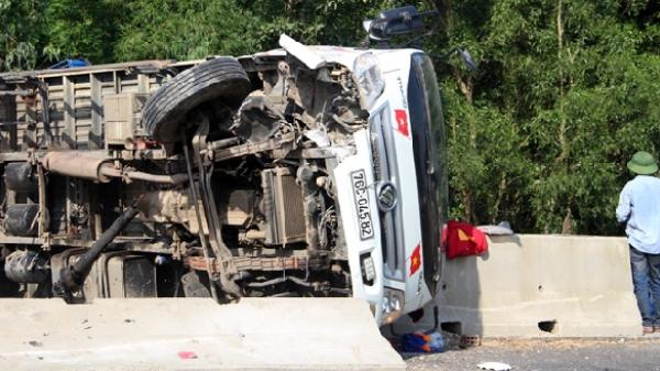 Tài xế may mắn thoát nạn sau khi 2 xe tải đối đầu trên quốc lộ