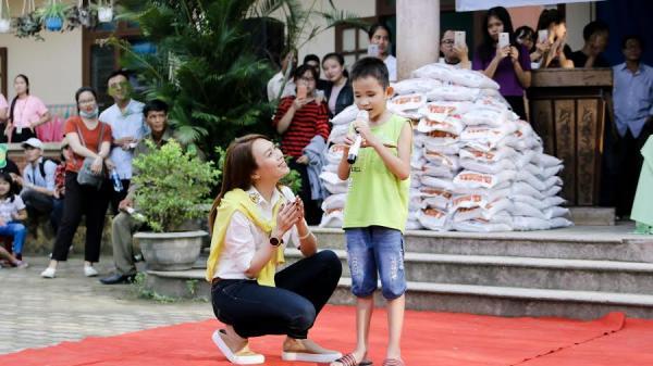 Mỹ Tâm làm cô giáo bất đắc dĩ trong chuyến từ tại Quảng Nam