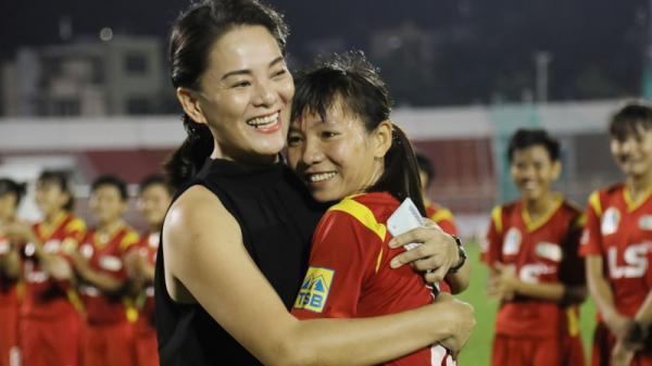 Nữ tuyển thủ đội tuyển Việt Nam Thùy Trang cảm động trước tấm chân tình của mạnh thường quân