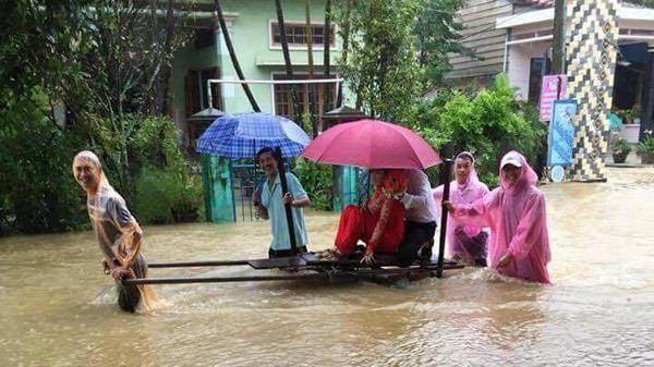 Đám cưới đúng ngày mưa lũ, cặp đôi Quảng Nam rước dâu bằng xe bò gây xôn xao dân mạng