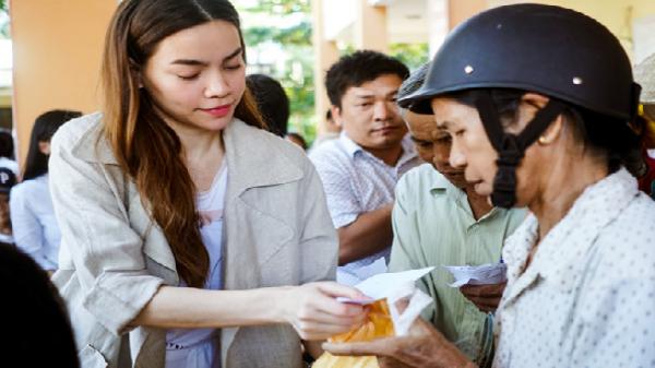 Hồ Ngọc Hà đi xe tải trao quà từ thiện ở Đại Lộc (Quảng Nam)