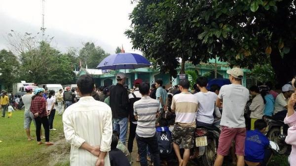 Tiên Phước (Quảng Nam): Người dân đội mưa xem xử vụ giết người trên chiếu bạc