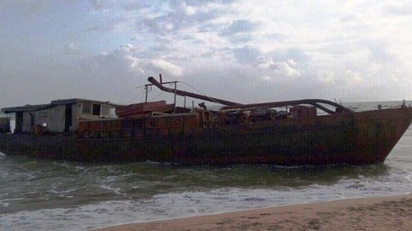 [HOT]: Tàu sắt vô chủ ghi chữ nước ngoài dạt vào bờ biển Quảng Nam