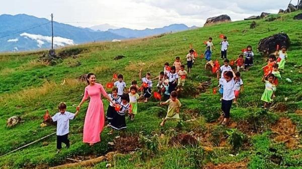 """Ngắm lại hình ảnh đẹp trong Lễ khai giảng """"đặc biệt"""" chỉ với 34 học sinh, 1 đại biểu...tại Quảng Nam"""