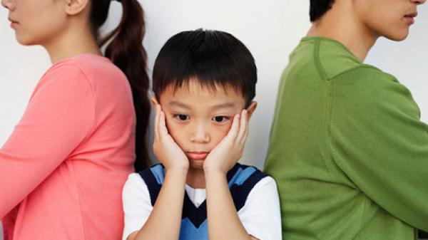 Sau phiên xử ly hôn, 2 đứa con ôm chặt bà ngoại kêu khóc