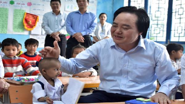 Bộ trưởng GD&ĐT Phùng Xuân Nhạ thăm cậu bé tý hon ở Quảng Ngãi