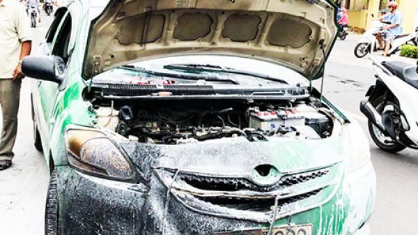 Khánh Hòa:  Đang sửa xe taxi đột nhiên bốc cháy, 1 người bị bỏng nặng vì đang mắc kẹt dưới gầm
