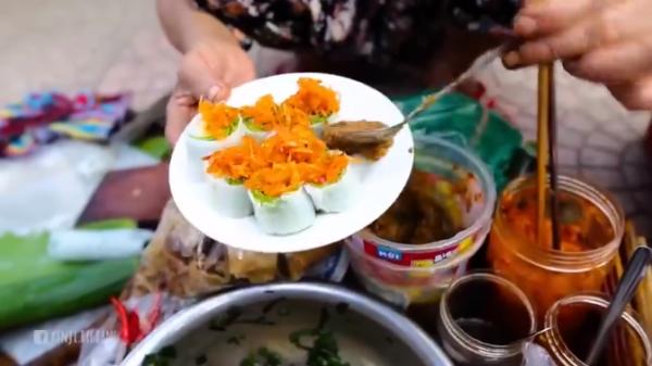 ĐỘC ĐÁO: Bánh cuốn tôm chua chấm ruốc , món ăn gần như thất truyền ở Huế