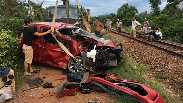Thảm khốc: Xế hộp cố băng qua đường sắt bị tàu hỏa húc nát đầu, tài xế t.ử v.ong tại chỗ