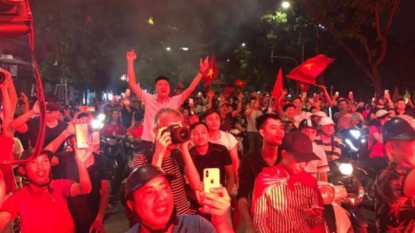 Bóng đá Việt Nam viết thêm trang sử mới, CĐV hò hét gọi tên HLV Park Hang-seo và Công Phượng