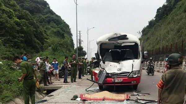 KINH HOÀNG: Dừng xe lề đường cho khách đi vệ sinh, 2 ô tô khách đâm nhau khiến tài xế tử vong
