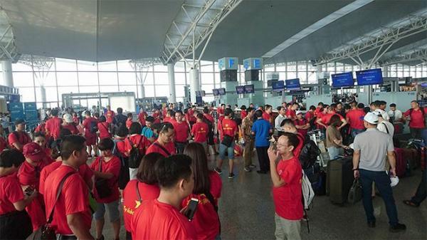 Cổ động viên Việt Nam nhuộm đỏ sân bay đi xem tứ kết ASIAD