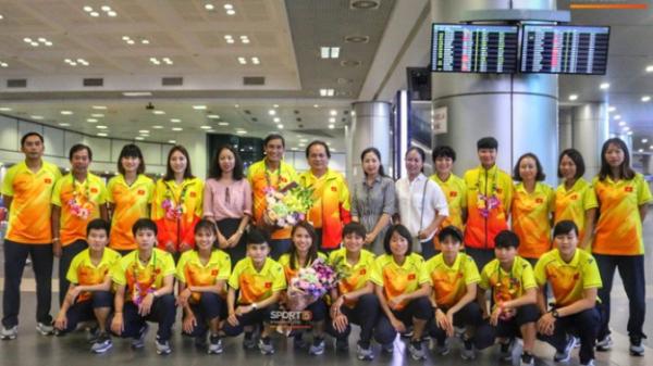 Bóng đá nữ Việt Nam: Lặng lẽ về nước sau khi bị loại trong ngày đội tuyển nam Olympic đại thắng lịch sử được cả nước tung hô