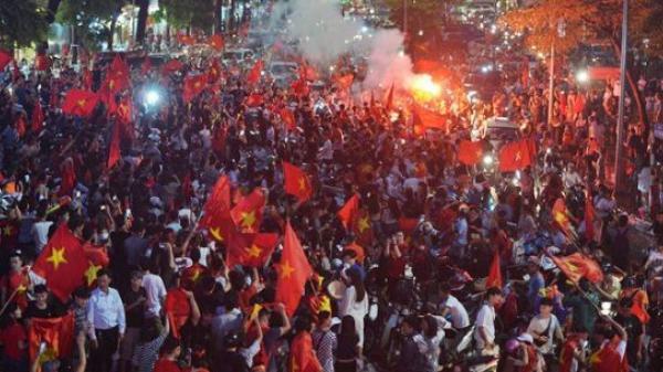 Dù thua Hàn Quốc, hàng nghìn người dân Thủ đô vẫn đổ về Hồ Gươm: Cảm ơn sự cống hiến hết mình của các cầu thủ!