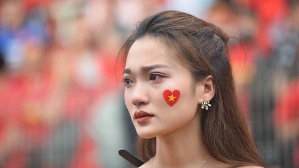 Cổ động viên rơi nước mắt vì Olympic Việt Nam bỏ lỡ cơ hội đạt Huy chương đồng