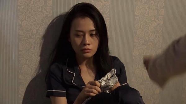 """Quỳnh búp bê tập 10: Hé lộ cuộc sống bị đày vào """"lãnh cung"""" của Quỳnh và món quà khiến Quỳnh điên loạn, hoảng sợ"""