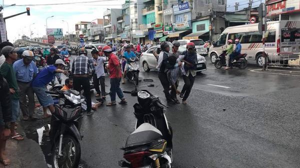 Hiện trường kinh hoàng vụ xe tải 'lùa' 8 xe gắn máy khi đổ dốc cầu, 10 người nguy kịch