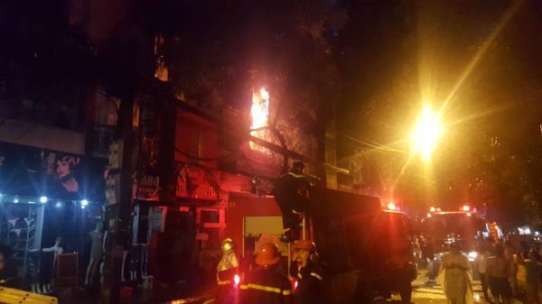 Nóng: Cháy lớn cả dãy trọ gần viện Nhi ở Hà Nội, nhiều người hốt hoảng gào khóc