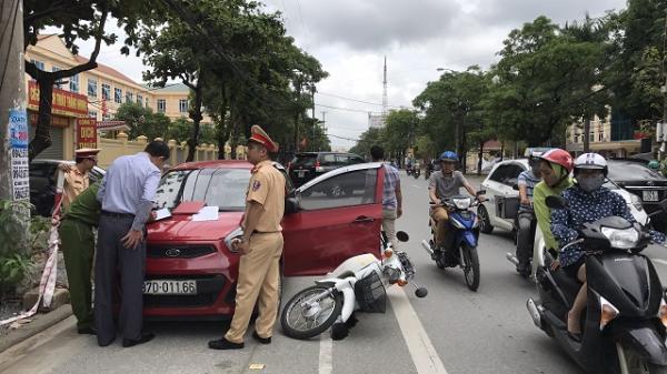 Mở cửa ô tô bất cẩn gây tai nạn, nữ sinh nguy kịch