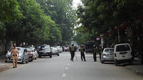 NÓNG: Hàng chục cảnh sát vũ trang bao vây người đàn ông nghi ôm 'hàng nóng' cố thủ trong nhà